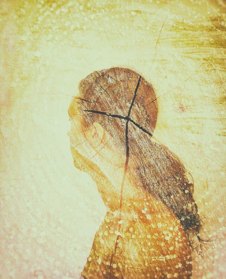La photo de double exposition de la jeune femme et l'arbre notent la texture, rétro image de style illustration stock
