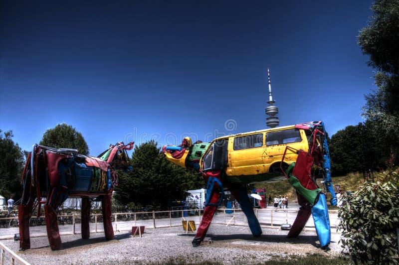 La photo de HDR de deux sculptures en vache de vieille voiture partie sur (été) le festival alternatif célèbre de Tollwood image stock