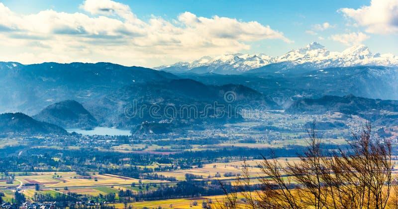 La photo de panorama de paysage du lac a saigné et montagne Triglav dedans photographie stock