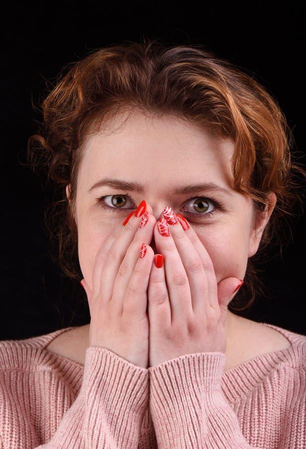 La photo de plan rapproché d'une belle fille couvre son visage de ses paumes Concept de renivellement photo stock