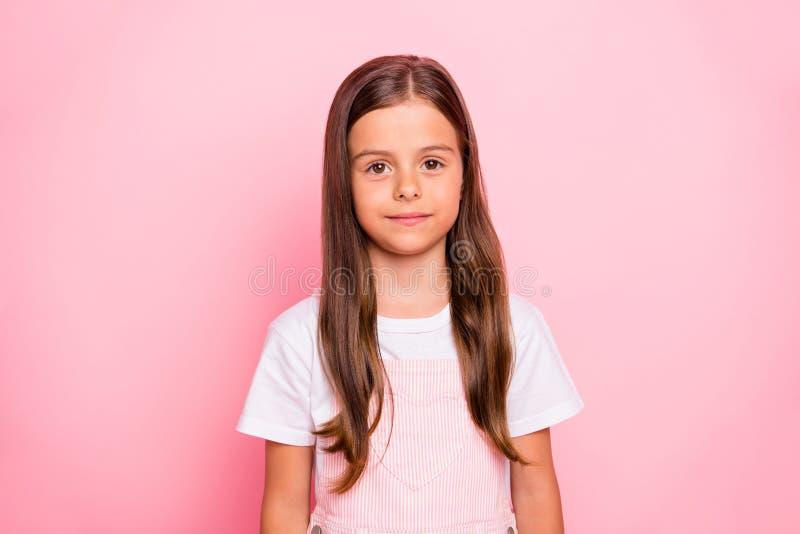 La photo de plan rapproché de l'usage brun de calme d'humeur de vacances de cheveux de petite dame mignonne s'est levée fond rose photo stock