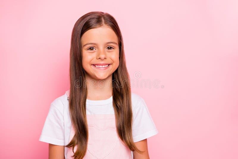 La photo de plan rapproché de l'usage brun de temps libre d'humeur de vacances de cheveux de petite dame mignonne s'est levée ros photographie stock libre de droits
