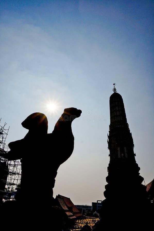 La photo de silhouette d'une partie de Phra esquintent Wat Arun, Bangkok Thaïlande photographie stock libre de droits