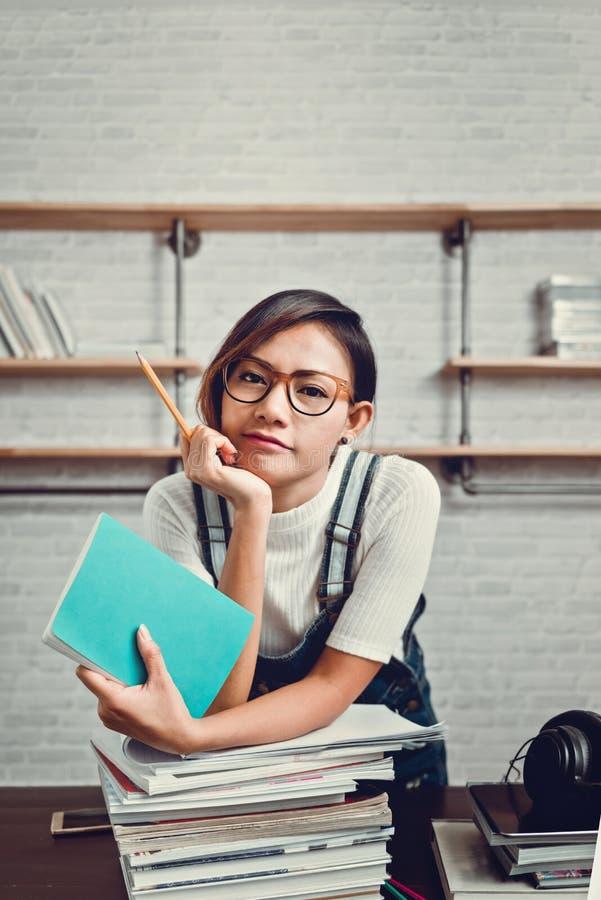 La photo des femmes asiatiques étaient heureuse d'apprendre de la lecture images stock