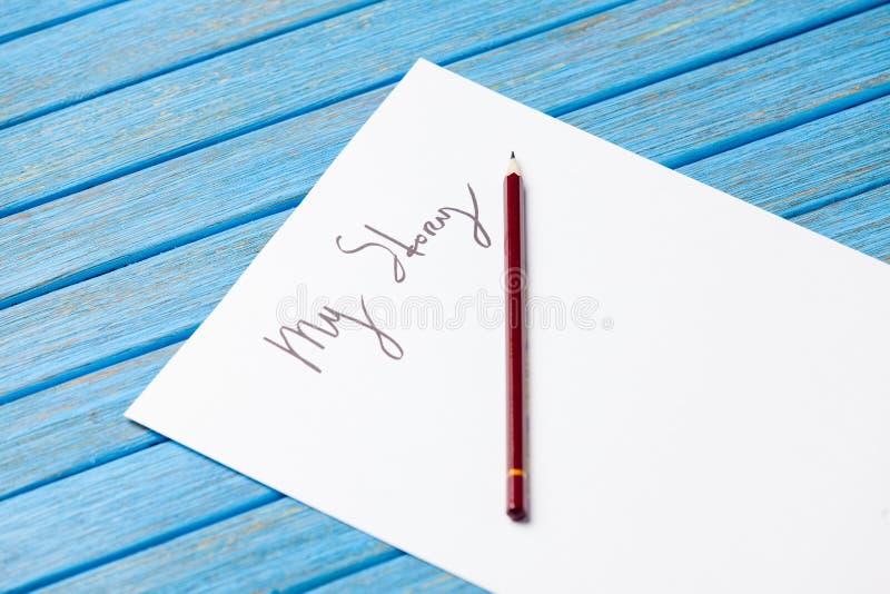 La photo du crayon et du papier avec mon histoire exprime près des chaussures en caoutchouc sur b images libres de droits
