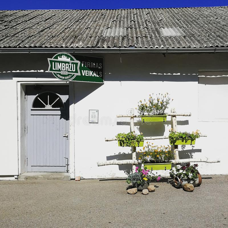 La photo du magasin letton local de fabricant de lait basé dans le vieux bâtiment blanc mignon photo libre de droits
