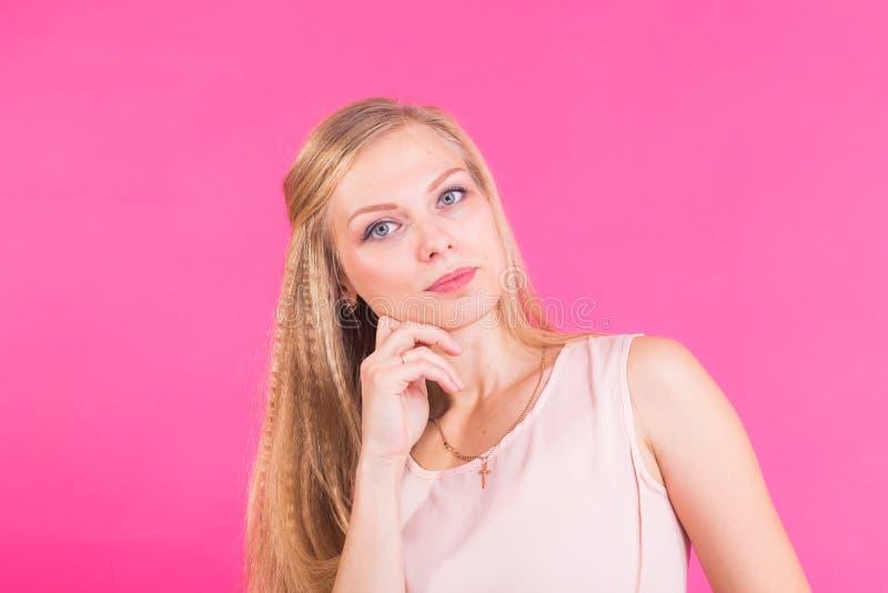 La photo du modèle femelle sérieux réfléchi, essais pour se rappeler l'information importante, réponse rapide de découverte bisea images stock