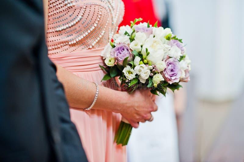 La photo en gros plan du ` s de demoiselle d'honneur remet tenir le bouquet de mariage dedans photo libre de droits