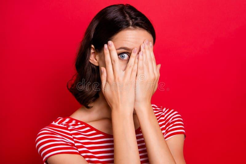 La photo haute étroite de la belle dame mignonne avec du charme effrayée d'avoir des paumes de mains de visage de peau de préjudi photos stock