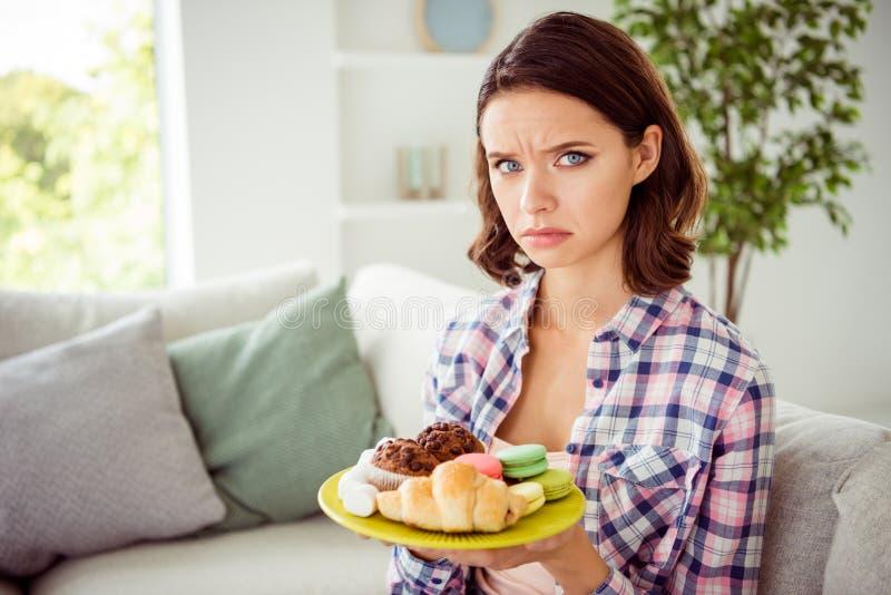 La photo haute étroite de la dame triste déçue reposent le divan ont le froncement de sourcils de pâtisserie de confiserie de var photographie stock libre de droits