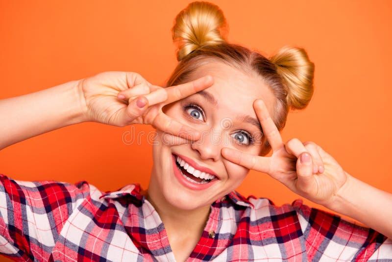 La photo haute étroite de l'adolescent de l'adolescence fol créatif font des v-signes ont l'été de vacances d'imbécile de rire de photos stock