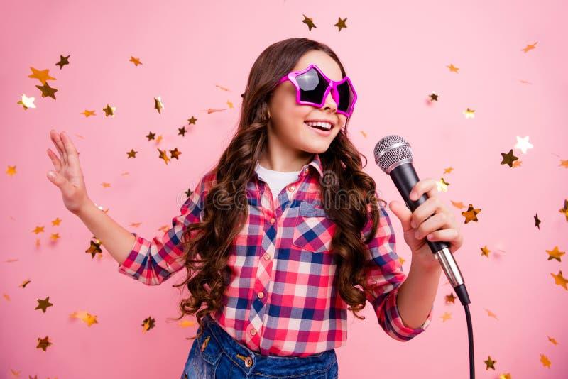 La photo haute étroite de l'enfant fol attirant frais de dame ont la main soloe de prise de voix bruyante de musicien d'avenir d' images libres de droits