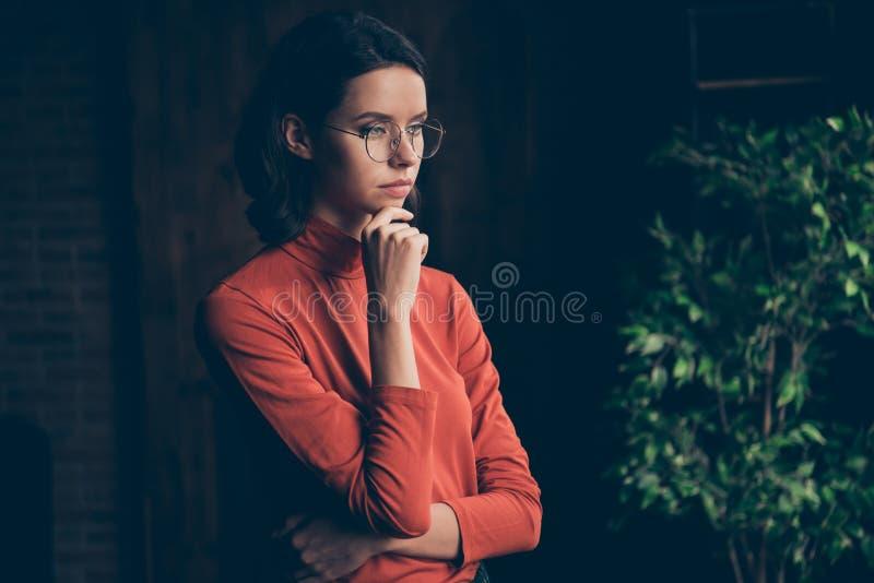 La photo haute étroite des pensées concentrées d'entrepreneur prévoient le rouge élégant à la mode de style de menton de contact  image stock