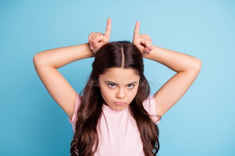 La photo haute étroite a irrité l'enfant déçu font n'ignorer l'offense aucune communication pour faire des klaxons diriger le fro photographie stock libre de droits