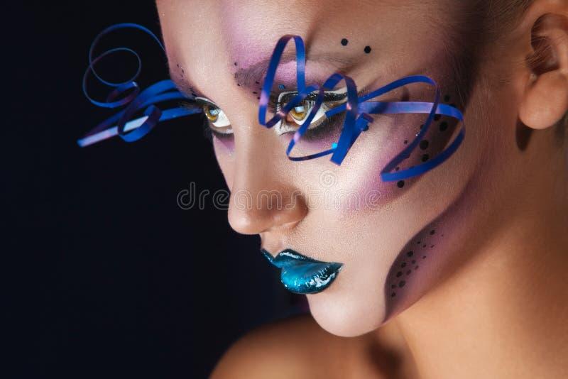La photo horizontale de la femme adulte avec créatif composent dans le studio photo libre de droits