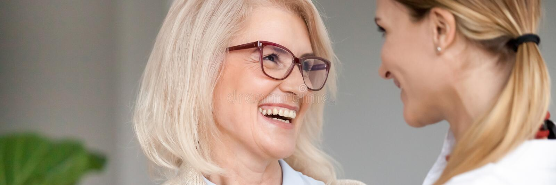 La photo horizontale a vieilli des jeunes femmes riant regardant l'un l'autre image libre de droits