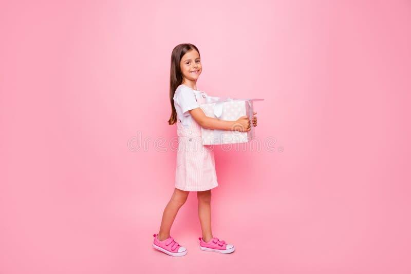 La photo intégrale de profil de petites mains de dame tiennent l'invité de vacances de giftbox qu'aller ont le rose d'isolement d images stock