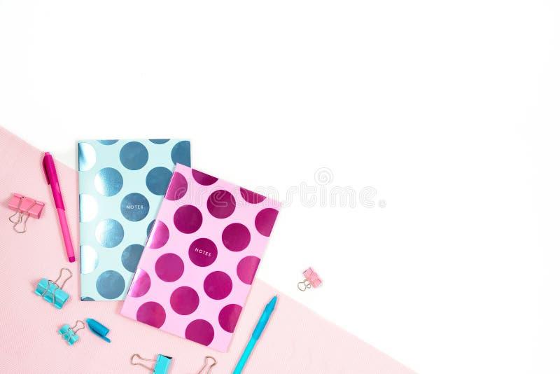 La photo plate de configuration du bureau blanc de bureau avec le comprimé et le carnet bleu rose élégant copient le fond de l'es images libres de droits