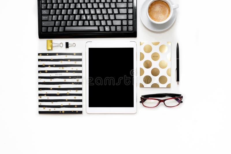 La photo plate de configuration du bureau blanc de bureau avec le carnet de comprimé, de clavier et d'or copient le fond de l'esp photo stock