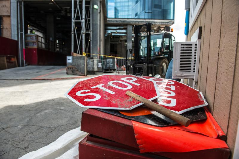 La photo réglementaire de concept d'ensemble industriel ou de chantier de construction avec l'arrêt rouge signe photos stock
