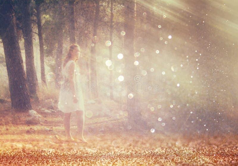 La photo surréaliste de la jeune femme se tenant dans l'image de forêt est texturisée et modifiée la tonalité Concept rêveur images libres de droits