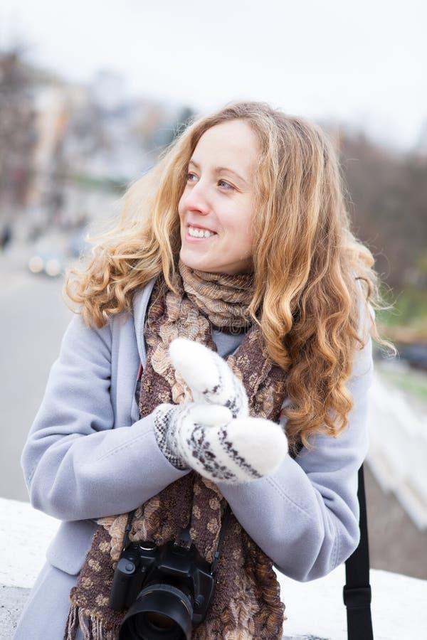 La photographe de femme avec un appareil-photo en hiver vêtx image stock