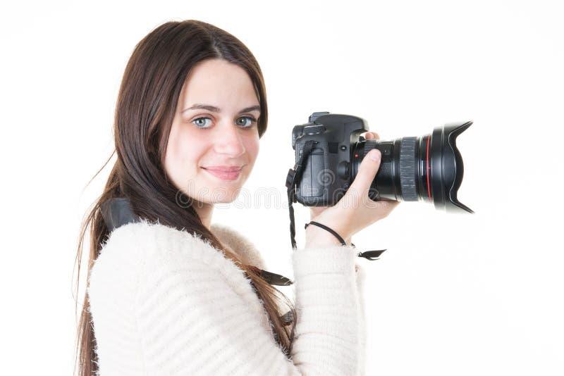 la photographe de jeune femme prend des images avec l'appareil-photo de dslr images stock