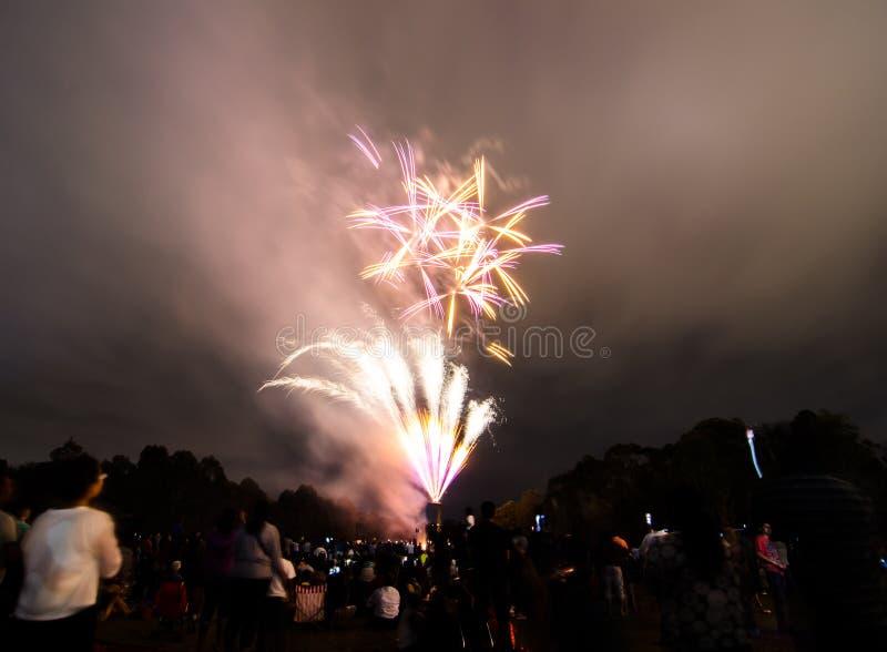 La photographie de nuit des feux d'artifice pour la célébration 2018 de nouvelle année au-dessus des personnes chez Parramatta se photos stock