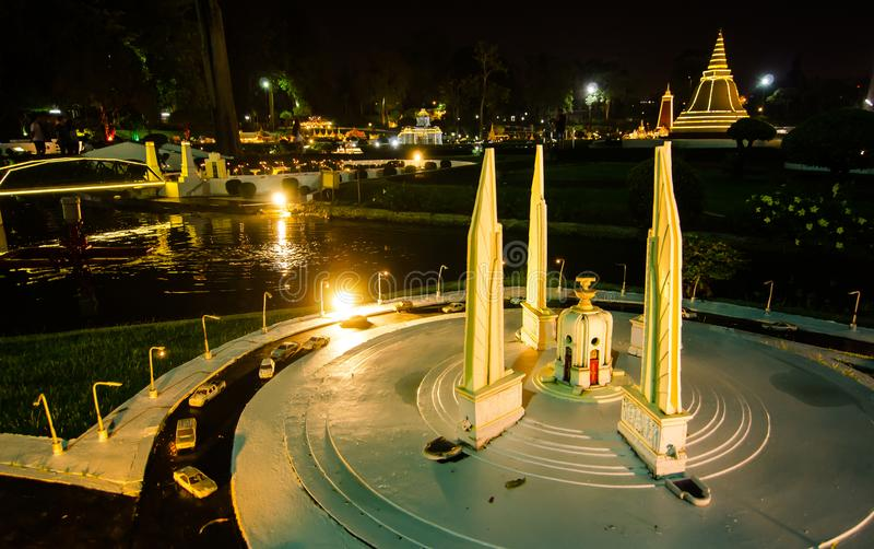 La photographie de nuit du monument Bangkok de démocratie au parc miniature est un espace ouvert qui montre les bâtiments et les  photos stock