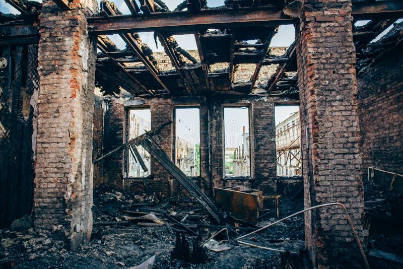 La pièce brûlée intérieure avec des murs, des meubles et le plancher en cendre et charbon, a ruiné le bâtiment après le feu image libre de droits