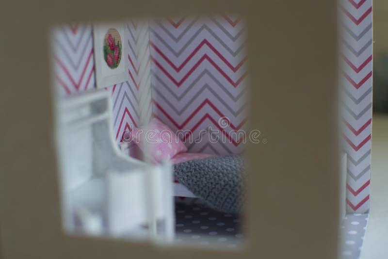 La pièce de la fille de Roombox sur un sur une échelle plus petite images stock