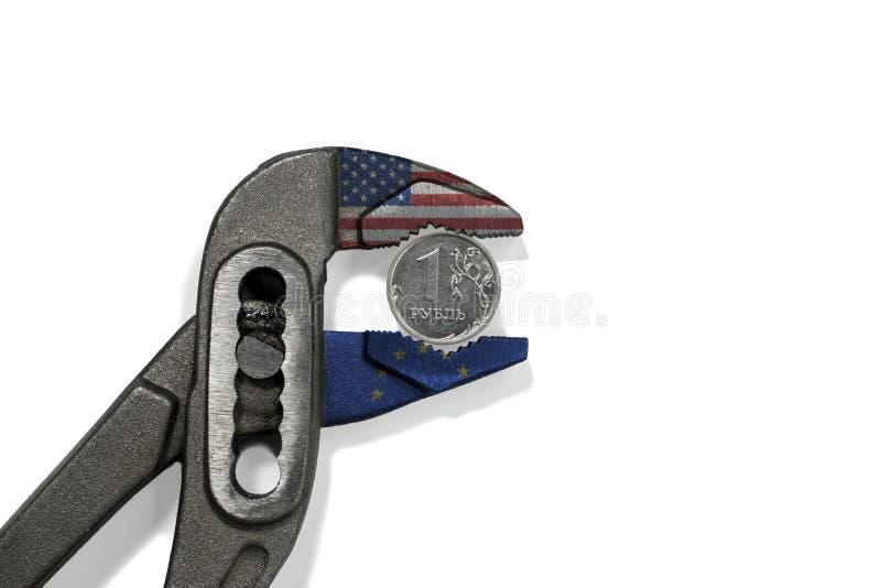 La pièce de monnaie dans l'étau sur le fond blanc images stock
