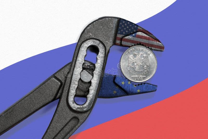 La pièce de monnaie dans l'étau sur le fond du drapeau de la Russie photos libres de droits