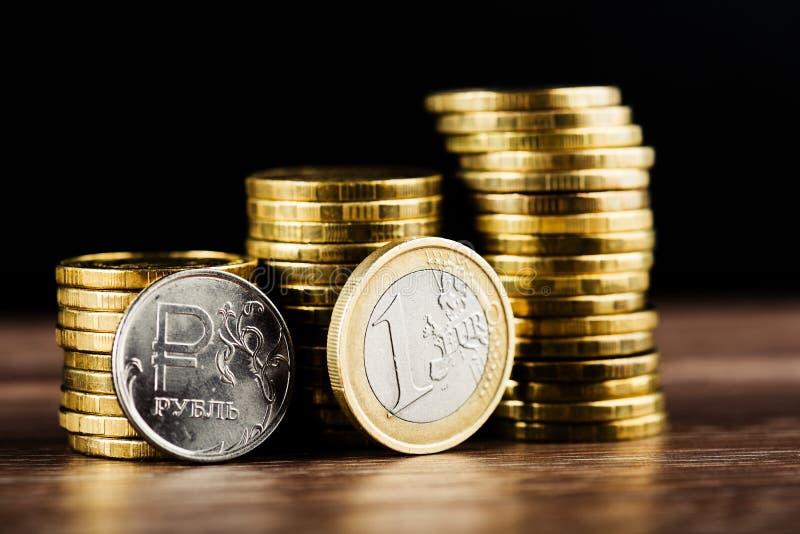 La pièce de monnaie et l'euro de rouble russe photographie stock