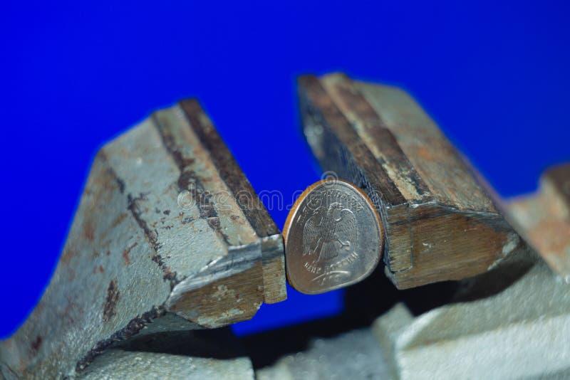La pièce de monnaie russe dans l'étau photo libre de droits