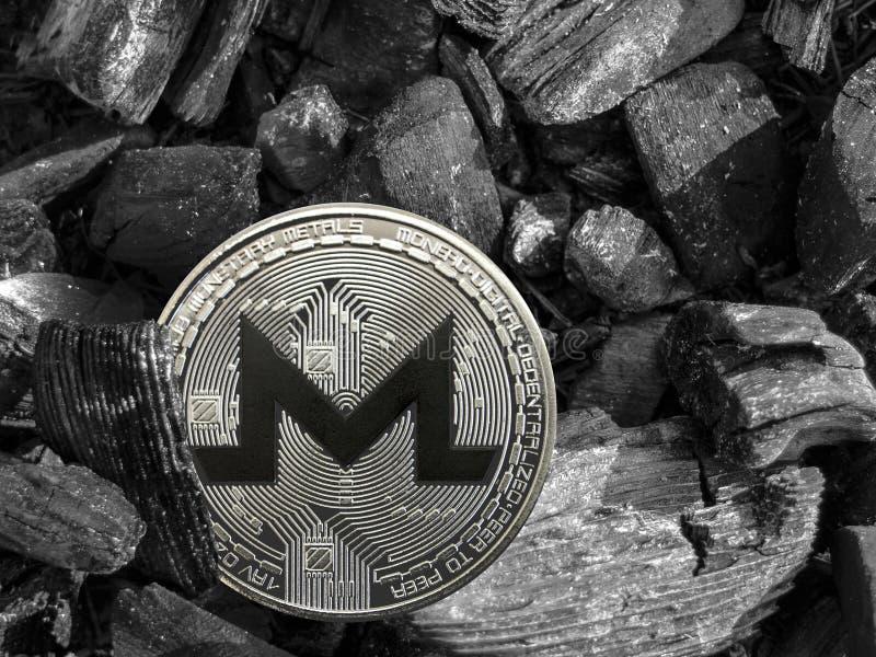 La pièce de monnaie de xmr de Cryptocurrency se trouve sur le charbon Exploitation et énergie pour le mien image libre de droits