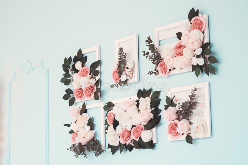 La pièce est admirablement décorée des fleurs colorées photo libre de droits