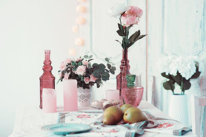 La pièce est admirablement décorée des fleurs colorées image libre de droits