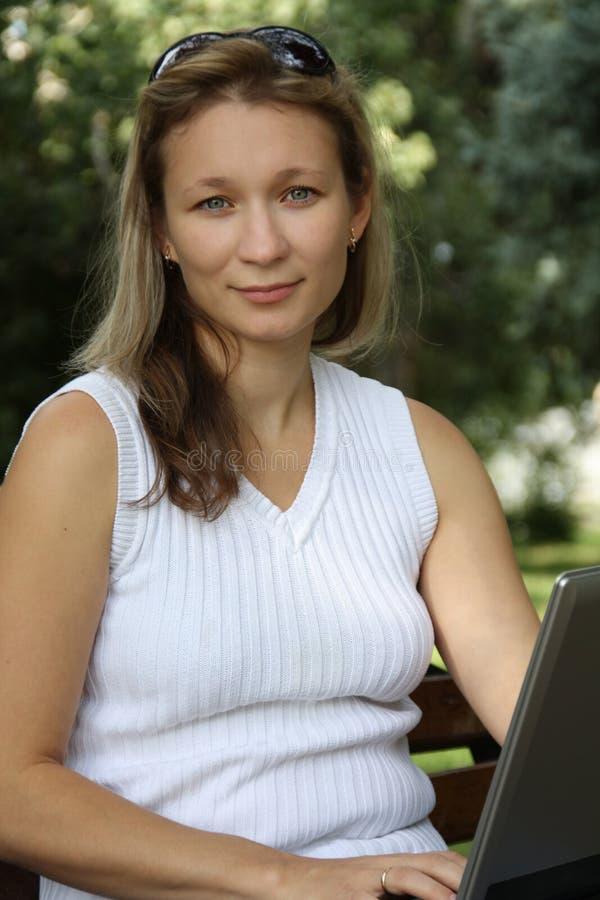 La più giovane ragazza lavora al calcolatore fotografie stock libere da diritti