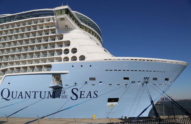 La più nuova nave da crociera caraibica reale Quantum dei mari si è messa in bacino a capo Liberty Cruise Port prima del viaggio  fotografie stock libere da diritti