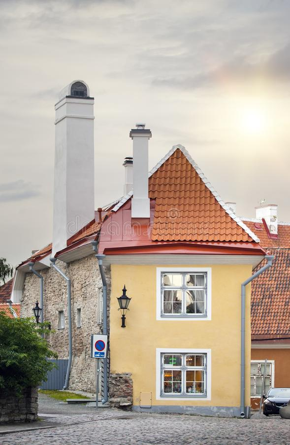 La più piccola casa, la casa del sacerdote, nella vecchia città medievale tallinn L'Estonia fotografia stock