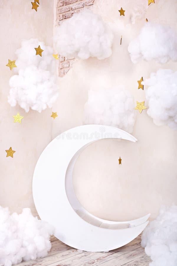 La pi?ce d'enfants ?l?gante de cru avec une lune en bois et des nuages de textile Emplacement d'enfants pour une s?ance photos Lu images stock
