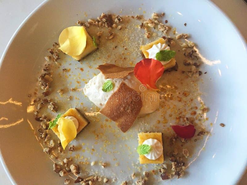 La pianta sana ha basato il dessert della calce chiave sul piatto bianco immagine stock libera da diritti
