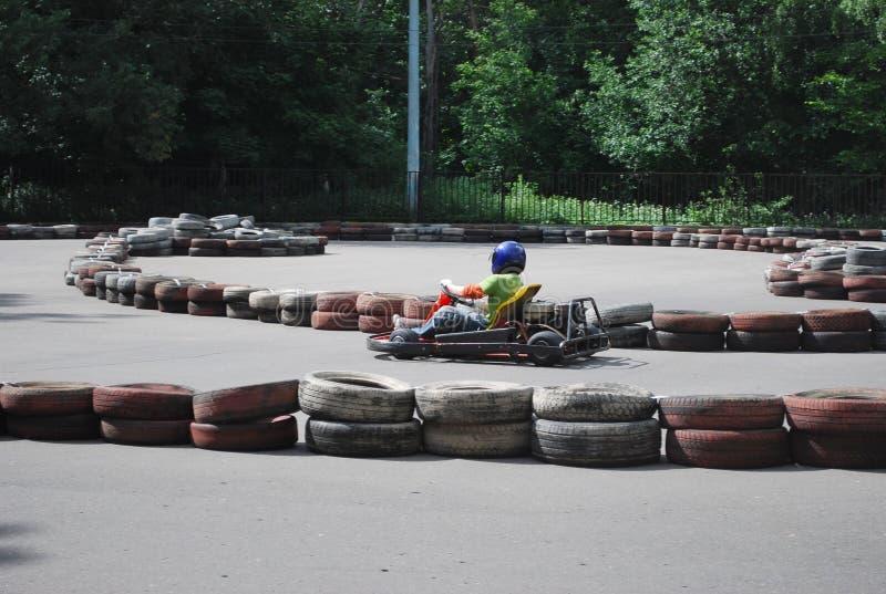 La piattaforma per karting nel parco di Mosca Sokolniki Il giorno soleggiato dell'estate l'adolescente guida la piattaforma sulla fotografie stock