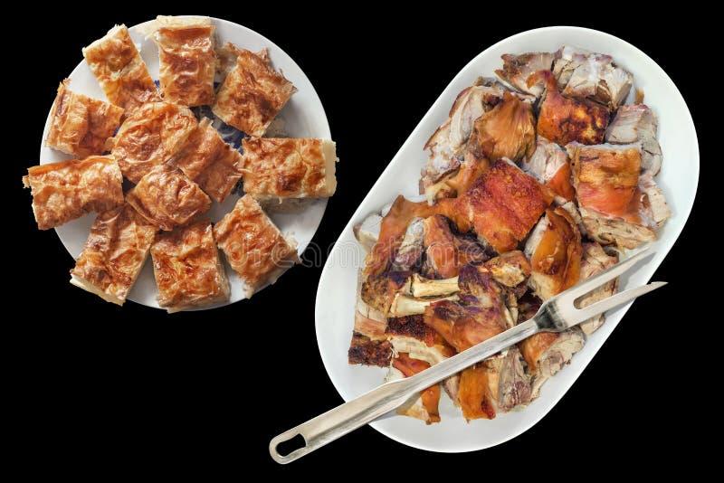 La piattata del buongustaio sputa di recente le fette arrostite della spalla della carne di maiale servite sul vassoio oblungo de fotografie stock libere da diritti