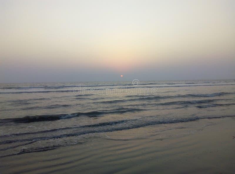 La PIC de l'eau de mer lentement en mouvement et du beau coucher du soleil images libres de droits