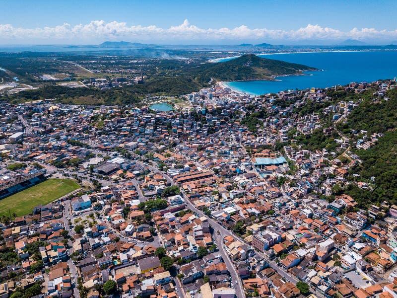 La piccola bella città brasiliana Arraial fa Cabo Foto aerea del fuco da sopra la linea di città Tetti rossi, vie strette fotografie stock libere da diritti