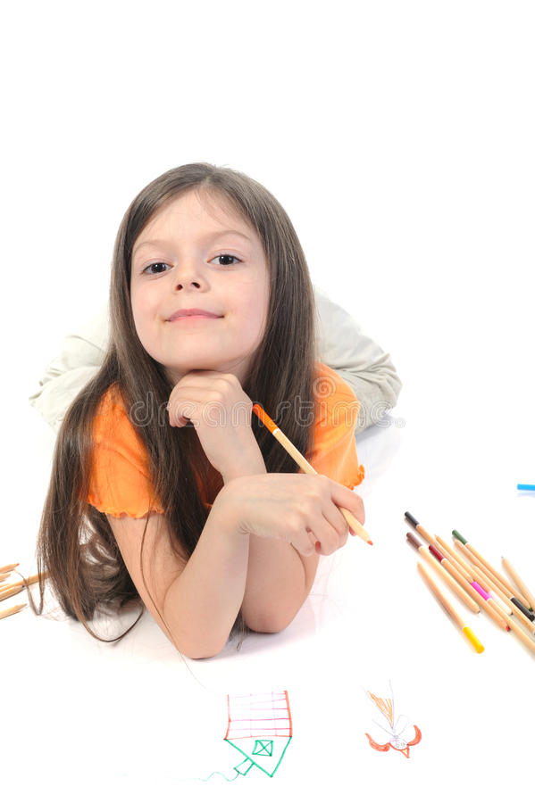 La piccola bella ragazza estrae la matita su documento. fotografia stock