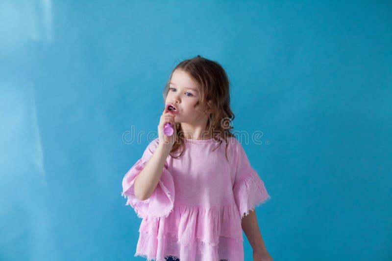 La piccola bella ragazza pulisce l'odontoiatria dello spazzolino da denti dei denti fotografie stock