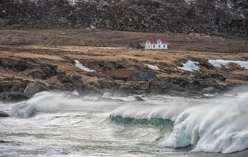 La piccola casa dal mare fotografie stock